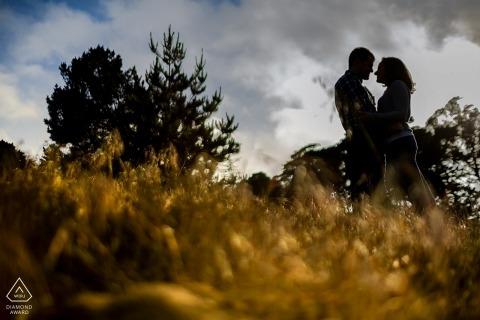 Fotografía de compromiso de San Francisco | Pareja cara a cara se recorta en la luz de la tarde