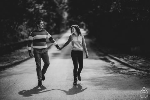 Ruse, Bulgarije engagement portrait - Dans van de liefde in de straat