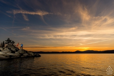 Verlobungssitzung in South Lake Tahoe bei Sonnenuntergang - Helfen Sie bei Sonnenuntergang die Felsen hinunter