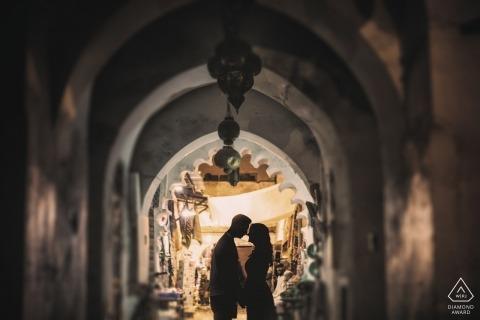 Verlobungsporträts in Marrakesch, Marokko - Hochzeitsvorbereitungssitzung bei Nacht in Marrakesch