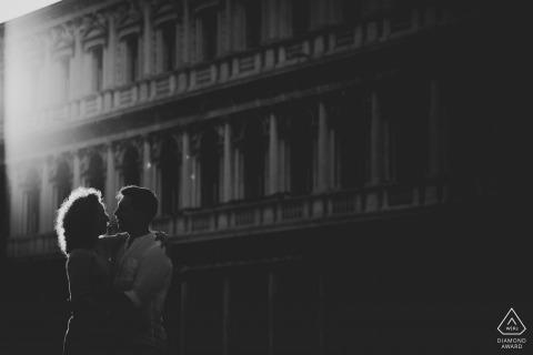 romantyczny portret w Wenecji z nowo zaręczoną parą - czarno-biała fotografia przedślubna