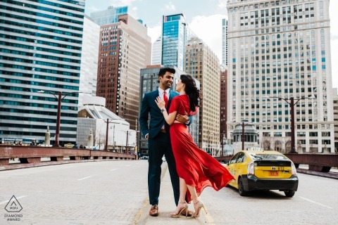 Pre-wedding portretten in Chicago - Rode jurk, betrokkenheid bij gele cabinesteden
