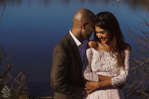Pre Hochzeitsshooting in London | ruhiges Wasser hinter diesem verliebten Paar
