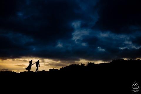 Wailea, Maui, Hawaii Engagement Photography Session - Para na skałach lawy