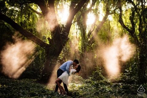 Kapalua, Hawaii Fotografía de compromiso - Pareja en la selva con rayos de sol entrando a través de los árboles