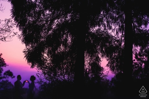 KULIANG MOUNT ENGAGEMENT SHOOT - Jako zachód słońca para złapała ją w kształcie serca.
