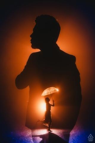 Zdjęcie zaręczynowe, w którym światło i cień sprawiają wrażenie, jakby panna młoda tańczyła w sercu pana młodego na górze Kuliang.
