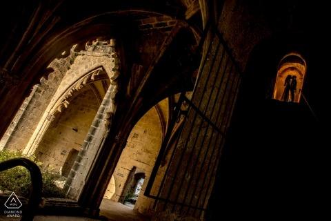 Bellapais-Kloster, Kyrenia, Zypern Verlobungs-Porträt mit dem Paar, das auf die Oberseite der Treppe küsst