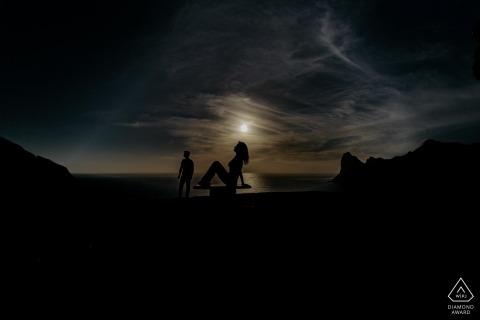 Cape Town Engagement Photography Session mit der Silhouette eines Paares in einem unglaublichen Sonnenuntergang