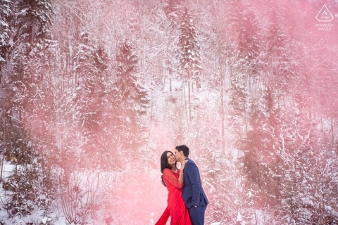 Interlaken, Zwitserland roze rookgranaat engagement winter portret