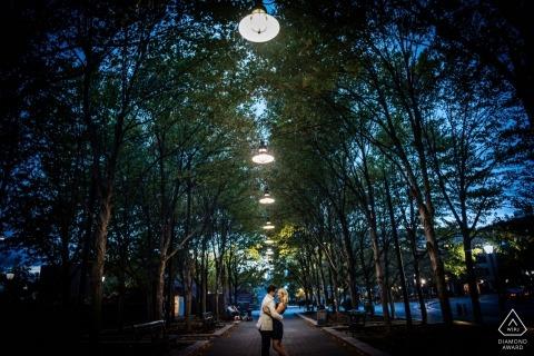 Sesión de fotos de compromiso de una pareja que da un paseo nocturno por el parque en la ciudad de Nueva York.