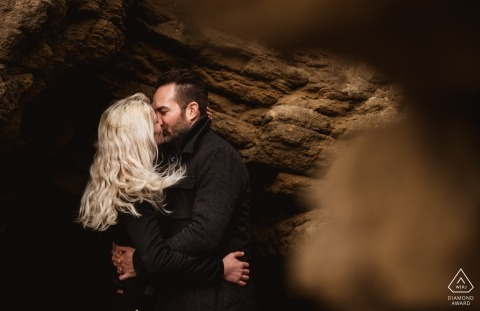 Saunton Sands, Devon Pre-Wedding Engagement Photography - Een knuffel in een grot