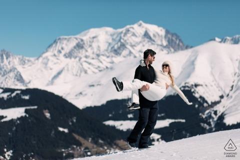 Megève Engagement Photography toont een stel in de sneeuw met de Mont Blanc