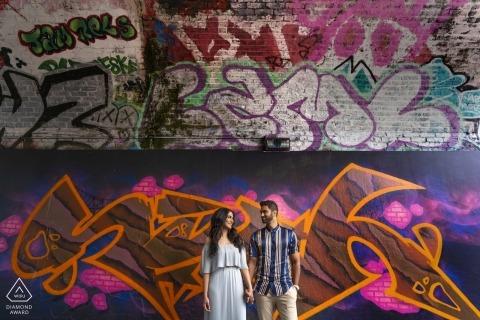 Bow Skate Park Compromiso Sesión fotográfica - Pareja con un fondo de graffiti
