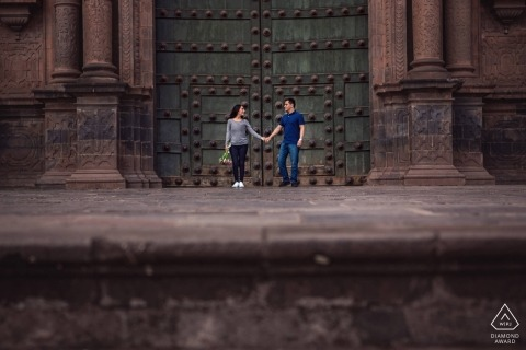 Cusco, Peru Engagement Photography Sessie met een stel in Cusco, Peru voor de kathedraal in de Plaza of Arms