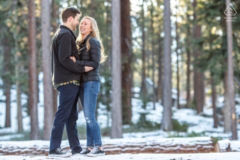 Retratos de compromiso de invierno en South Lake Tahoe: felices en el bosque