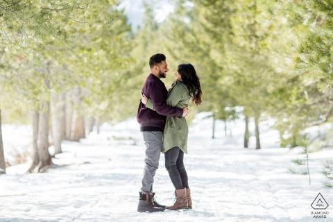 South Lake Tahoe Winter Snow Engagement Shoot Na ścieżce w drzewach