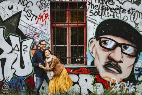 Portrait tourné de fiançailles capturé un couple en train de rire devant un sérieux homme de gravité capturé à Ljubljana