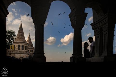 Séance photo de fiançailles à Budapest avec un couple charmant dans le bastion des pêcheurs