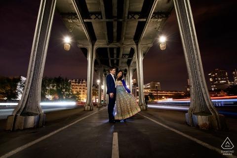 巴黎,法国订婚肖像带灯光效果与着名的比尔哈克姆桥下的汽车(初始电影)