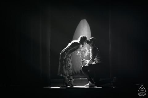 Cette photo en noir et blanc d'un couple s'embrassant a été capturée lors d'une séance photo de fiançailles au théâtre municipal d'Alvito.