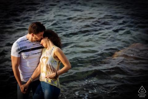 卡拉布里亚 - 幸福的夫妇在这个订婚拍摄的波涛汹涌的水面前摆姿势