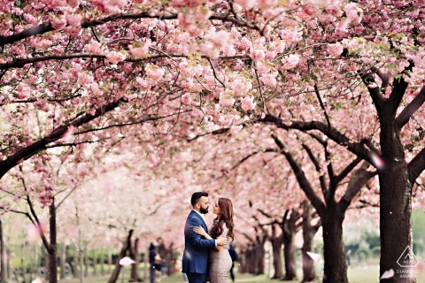 Engagement Portrait Session im Brooklyn Botanic Garden, New York in voller Blüte.