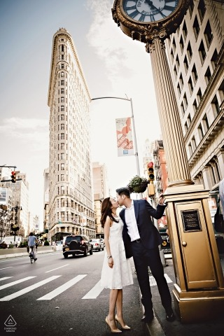 Ritratto di fidanzamento Kiss davanti all'edificio Flatiron, New York
