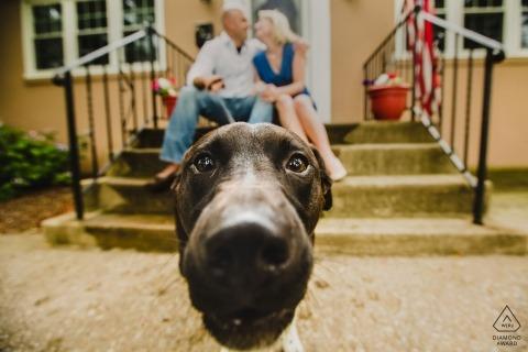 Manayunk Philadelphia Engagement Portrait A casa loro con il loro cagnolino