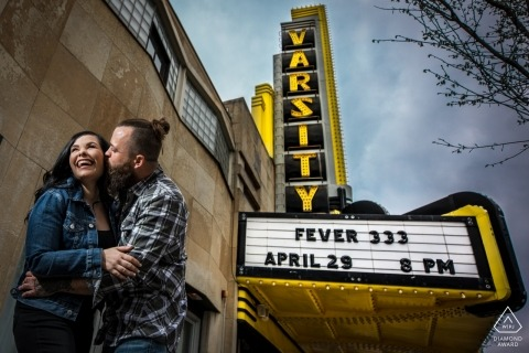 Portrait de couple engagé au Varsity Theatre, Minneapolis