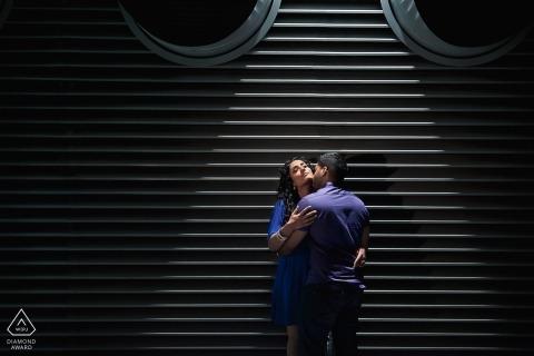 St Katherine's Dock, London Verlobungsfotoshooting mit einem jungen Paar.