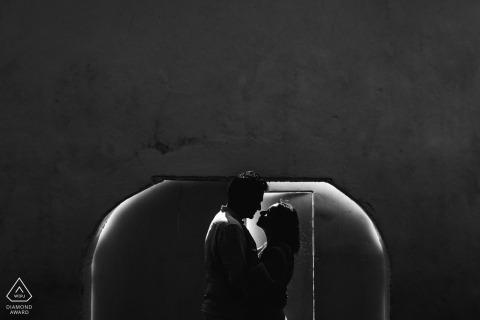 這對夫婦在加勒堡前的這張黑白照片中相互擁抱。 由斯里蘭卡加勒攝影師拍攝。