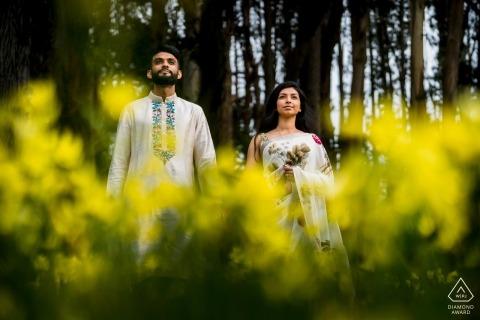 San Francisco, Ca Engagement Foto-Shooting - Paar zwischen Blumen und Bäumen