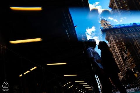 Para razem stoi na tle kontrastu ciemności i światła podczas sesji zdjęciowej zaręczynowej przez nowojorskiego fotografa.