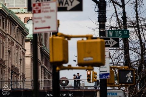 Para może być widziana przez znaki uliczne, gdy stoją przed Columbia University na tym przedślubnym zdjęciu autorstwa nowojorskiego fotografa.