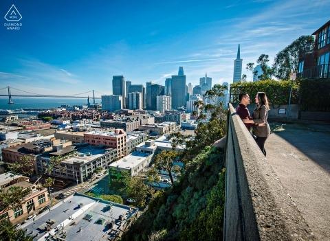 Deze foto vóór het huwelijk werd genomen tijdens de middag op een schilderachtige locatie in Telegraph Hill, San Francisco.