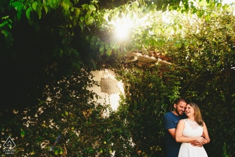 Porträt vor der Hochzeit in der Sonne und den Bäumen von Ouro Preto