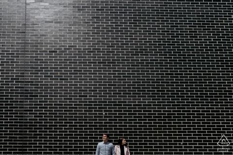 portrait du couple de fiancés avec un énorme mur pour leur séance de fiançailles à Chicago