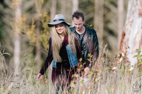 Carbonado, WA verlovingsfotografie - Paar loopt door het bos