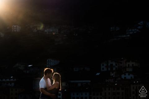 Flandern Verlobungsfotograf schoss dieses Foto des Paares, das sich küsst, während die Sonne auf sie während einer Fotosession nahe Musso scheint