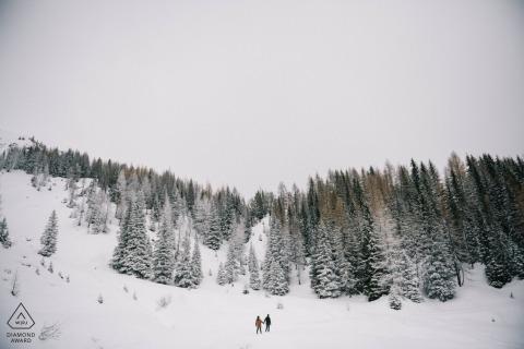 Na tym zdjęciu zaprojektowanym przez fotografa zaręczynowego Apulii widzimy, jak para wędruje w zaśnieżone góry w pobliżu Tretino