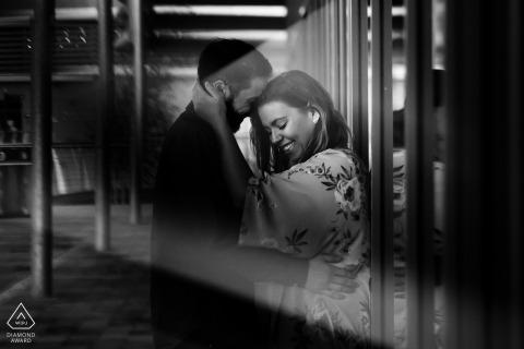 Der Verlobungsfotograf aus East Midlands hat dieses Schwarz-Weiß-Porträt vor der Hochzeit in Rushden Lakes aufgenommen