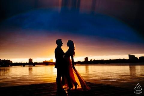Charles River Boston verlovingsfoto van een paar in de buurt van een rivier