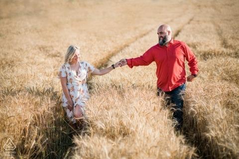 Sofia engagement sessie - Het schot werd genomen in tarwevelden