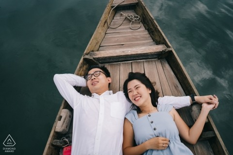 Hoi Eine Liebes-Verlobungs-Fotosession in einem Boot auf dem Wasser