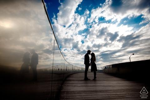 Sesión fotográfica previa a la boda de Chicago con reflejos y nubes