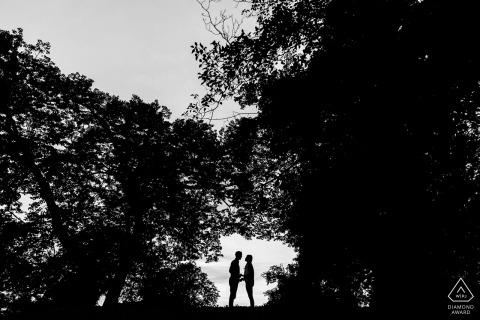 Sesiones de pareja de Chicago en blanco y negro en los árboles