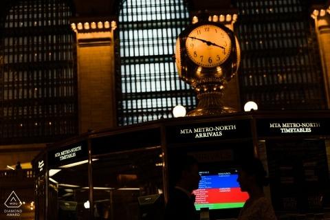 Ritratto di Grand Central NY di una coppia davanti al monitor
