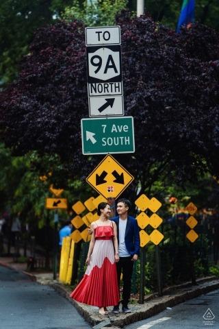 West Village, NY Pre Wedding Ritratto di una coppia di fronte al cartello stradale