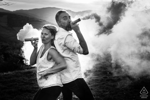 Mont Brouilly Odenas Verlobungsshooting mit einem Paar, das Spaß mit einer Rauchbombe hat